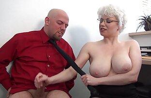 日本人の公務員はこっそりフォルダの脚の間に同僚を挟み込み、彼女はチンポで終わるまで擦り始めました 鈴木 一徹 中だし